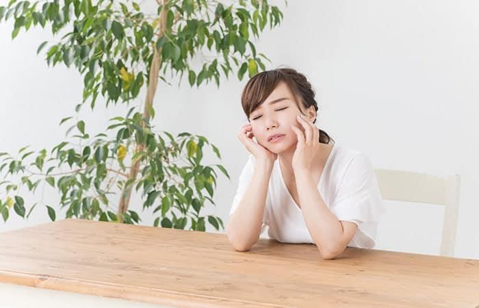 寝不足で疲れている女性