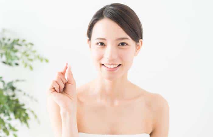 肌の綺麗な女性とサプリメント