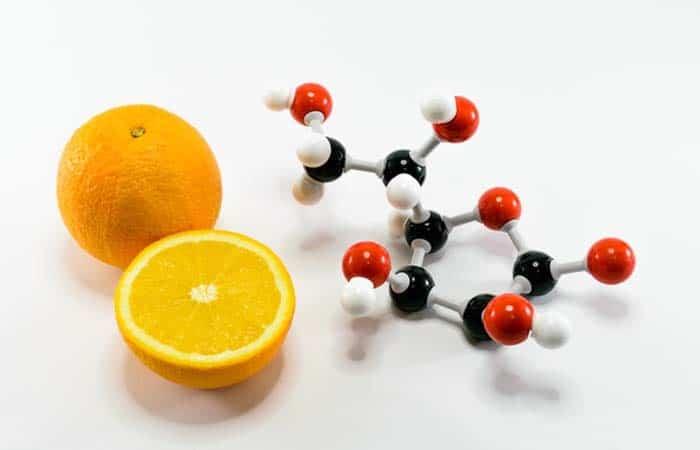 ビタミンCの元素模型とオレンジ